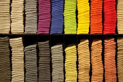Skarpetki w różnych kolorach na półce